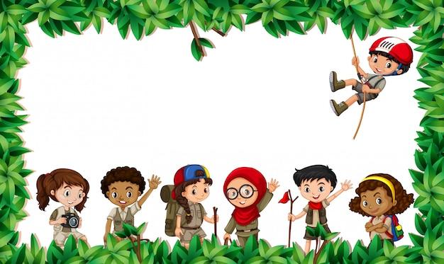 Niños multiculturales en escena foliar.