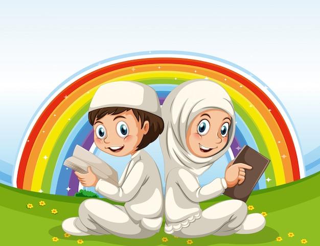 Niños musulmanes árabes en ropa tradicional y fondo de arco iris
