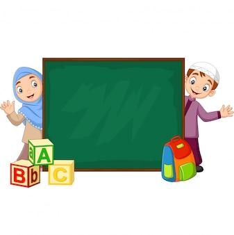Niños musulmanes de dibujos animados con pizarra