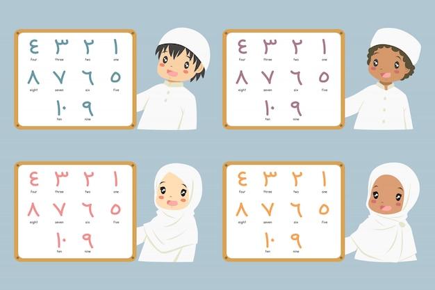 Niños musulmanes sosteniendo una pizarra con coloridos números árabes.