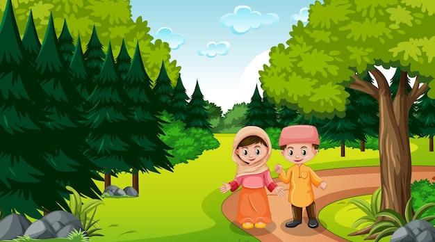 Los niños musulmanes viste ropas tradicionales en el bosque.