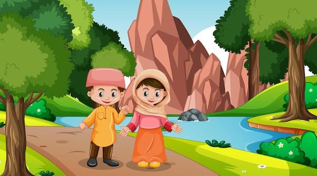 Los niños musulmanes visten ropas tradicionales en la escena del bosque.