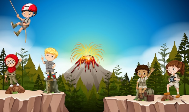 Niños y niñas acampando en la montaña.