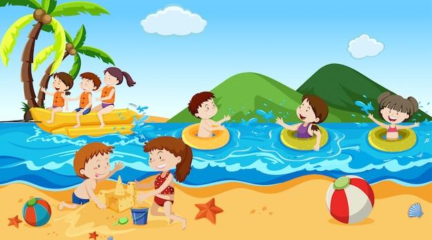 Niños y niñas activos jugando deportes y actividades divertidas afuera