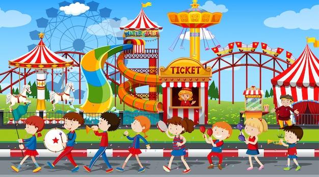 Niños y niñas activos practicando deporte y actividades divertidas afuera.