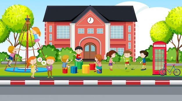 Niños y niñas activos que juegan actividades deportivas al aire libre