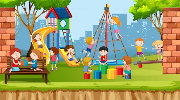 Niños, niñas y amigos activos que juegan actividades deportivas al aire libre.