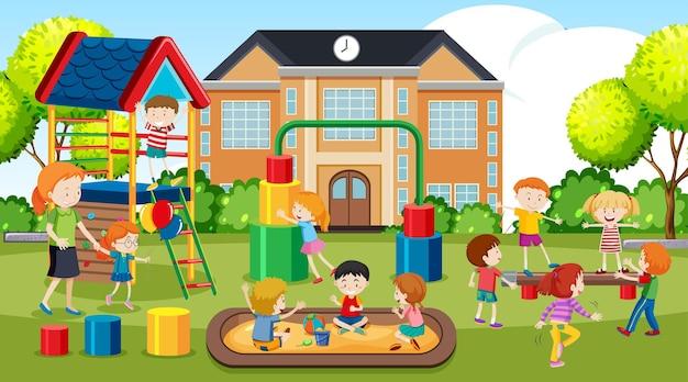 Niños, niñas y amigos activos que practican actividades deportivas al aire libre