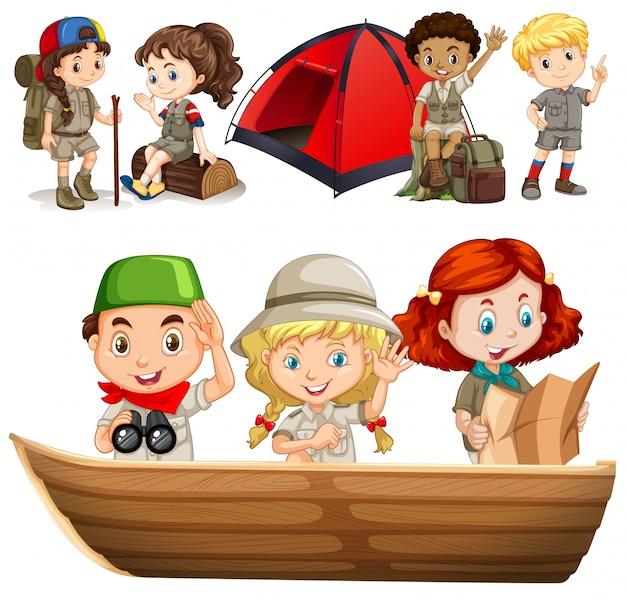 Niños y niñas con equipo de camping.