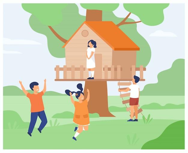 Niños y niñas jugando en la casa del árbol.