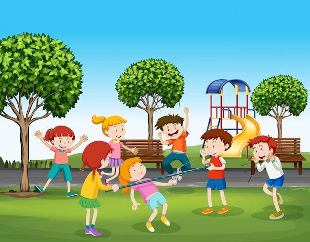 Niños y niñas jugando en el parque.