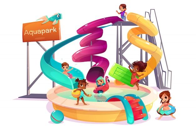 Niños y niñas multiétnicos que se deslizan desde un tobogán de agua, nadan con un anillo inflable