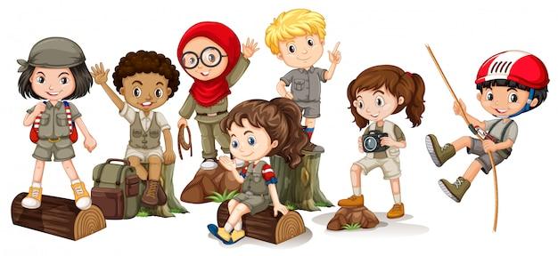 Niños y niñas en traje de camping.