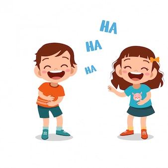 Niños niños riendo juntos