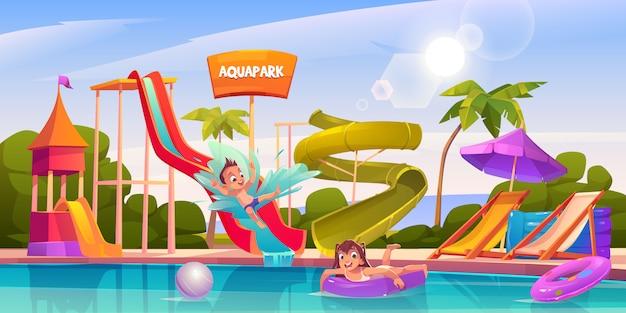 Niños en parque acuático, atracciones de parque acuático de diversiones