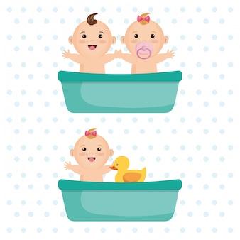 Niños pequeños en el baño