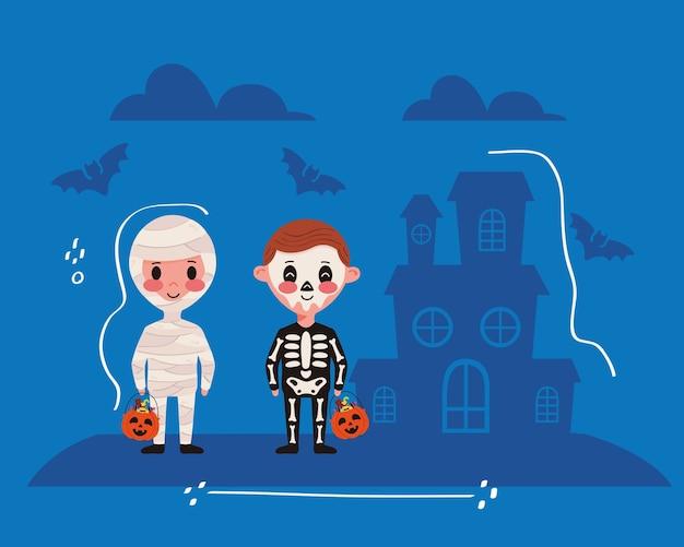 Niños pequeños con personajes de disfraces de halloween y casa embrujada.