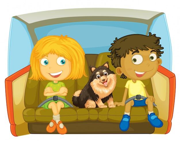 Niños y perro sentados en el coche.