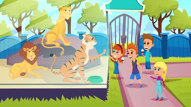 Niños de pie con depredadores, leones tigre en zoológico,