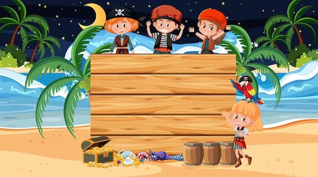 Niños piratas en la escena nocturna de la playa con una plantilla de banner de madera vacía