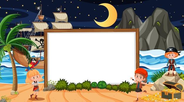 Niños piratas en la escena nocturna de la playa con una plantilla de banner vacía