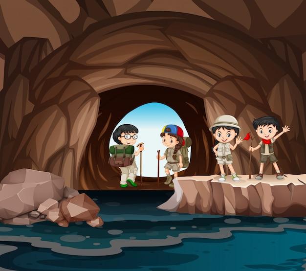 Niños que acampan en la cueva