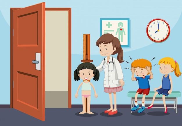 Niños que reciben exámenes médicos