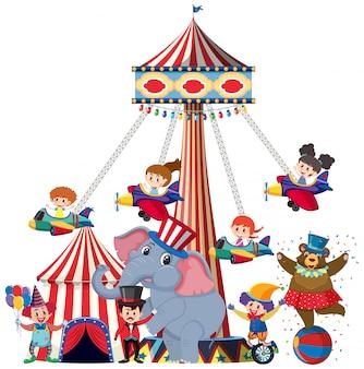 Niños que viajan en columpio de avión en el circo