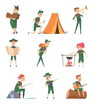 Niños de los rangers. pequeños exploradores en personajes de supervivencia uniforme verde con mochila estudiando niños vectoriales