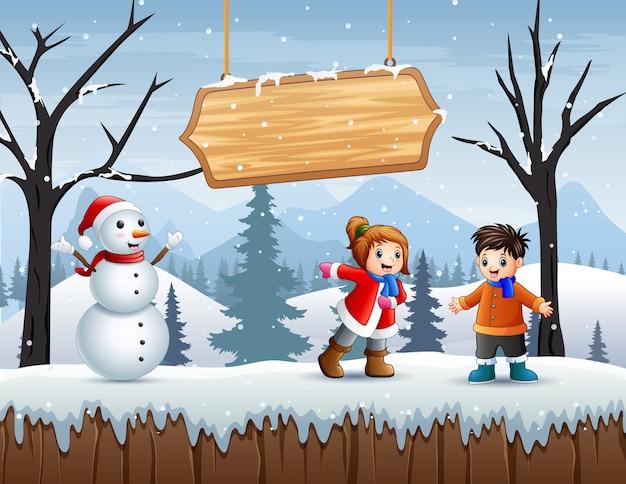 Niños en ropa de invierno jugando al aire libre.