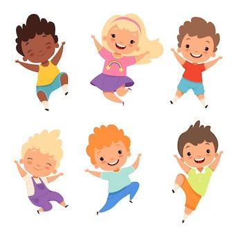 Niños saltando, niños felices de la escuela sonríen, ríen, niños y niñas que juegan personajes de dibujos animados