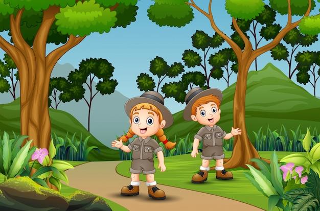 Niños scout felices en el bosque