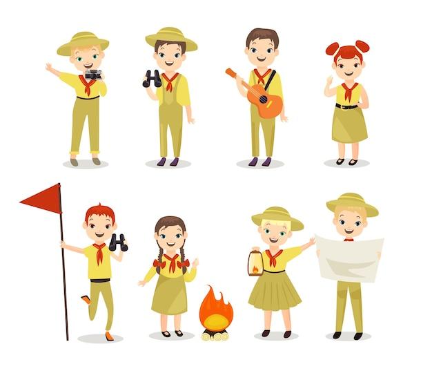 Niños scouts con equipo de senderismo.