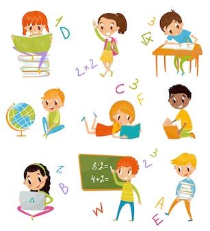 Niños en el set de la escuela, lindos niños y niñas en la lección de geografía, literatura, matemáticas, ilustraciones sobre un fondo blanco.