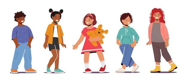Niños sonrientes, personajes multirraciales de niños y niñas pequeños con ropa de moda. los niños sonríen, emociones positivas, amistad aislado sobre fondo blanco. ilustración de vector de gente de dibujos animados
