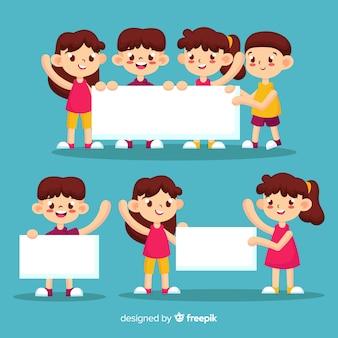 Niños sosteniendo banner en blanco