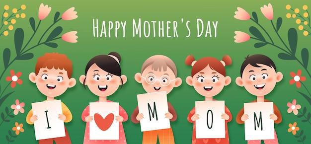 Los niños sostienen tarjetas con felicitaciones. postal para el día de la madre de vacaciones.