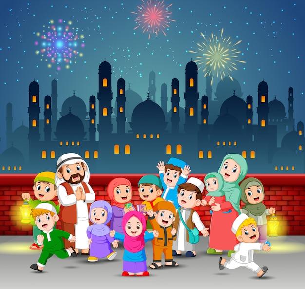 Los niños y sus padres juegan en la noche de ramadán.