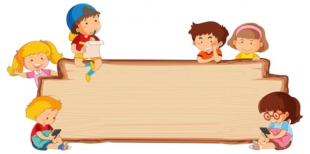 Niños en tablero de madera vacío