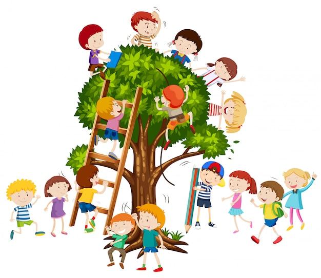 Niños trepando por el arbol