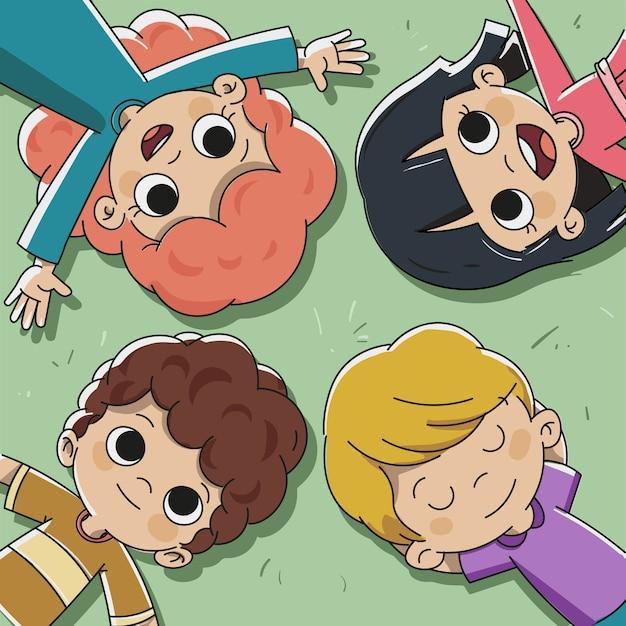 Niños tumbados en el césped