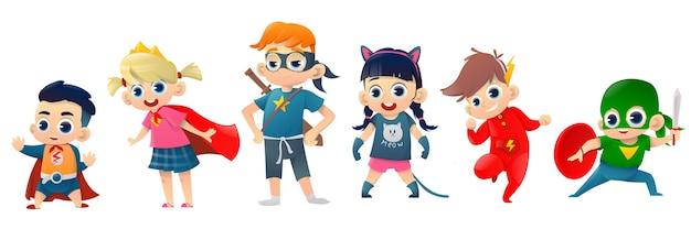 Los niños usan disfraces de superhéroes.