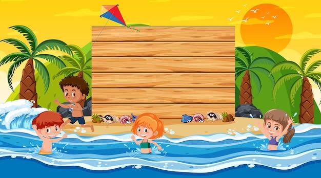 Niños de vacaciones en la escena del atardecer en la playa con una plantilla de banner vacía