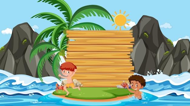 Niños de vacaciones en la escena diurna de la playa con una plantilla de banner vacía