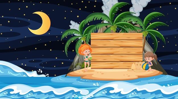 Niños de vacaciones en la escena nocturna de la playa con una plantilla de banner de madera vacía