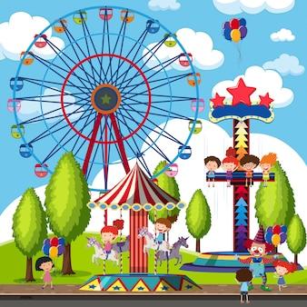 Niños en vacaciones en el parque temático