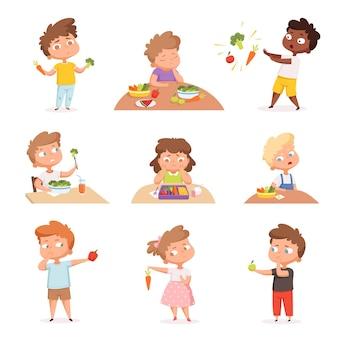 Niños y verduras. a los niños hambrientos que comen comida rápida no les gustan las frutas y los productos saludables, personajes de dibujos animados vectoriales