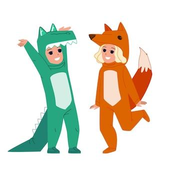 Niños vestidos de animales para celebrar halloween vector. niño vestido con traje de cocodrilo y niña en traje de animal fox. personajes divertidos carnaval ropa o pijamas ilustración de dibujos animados plana