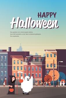 Niños vestidos con monstruos fantasma parca disfraces caminando ciudad póster