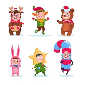 Niños vestidos con trajes de navidad. dibujos animados niños felices saludando la navidad. personajes de vacaciones de invierno